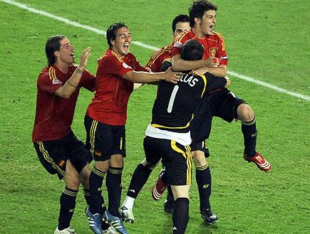 שחקני נבחרת ספרד חוגגים (צילום: רויטרס)